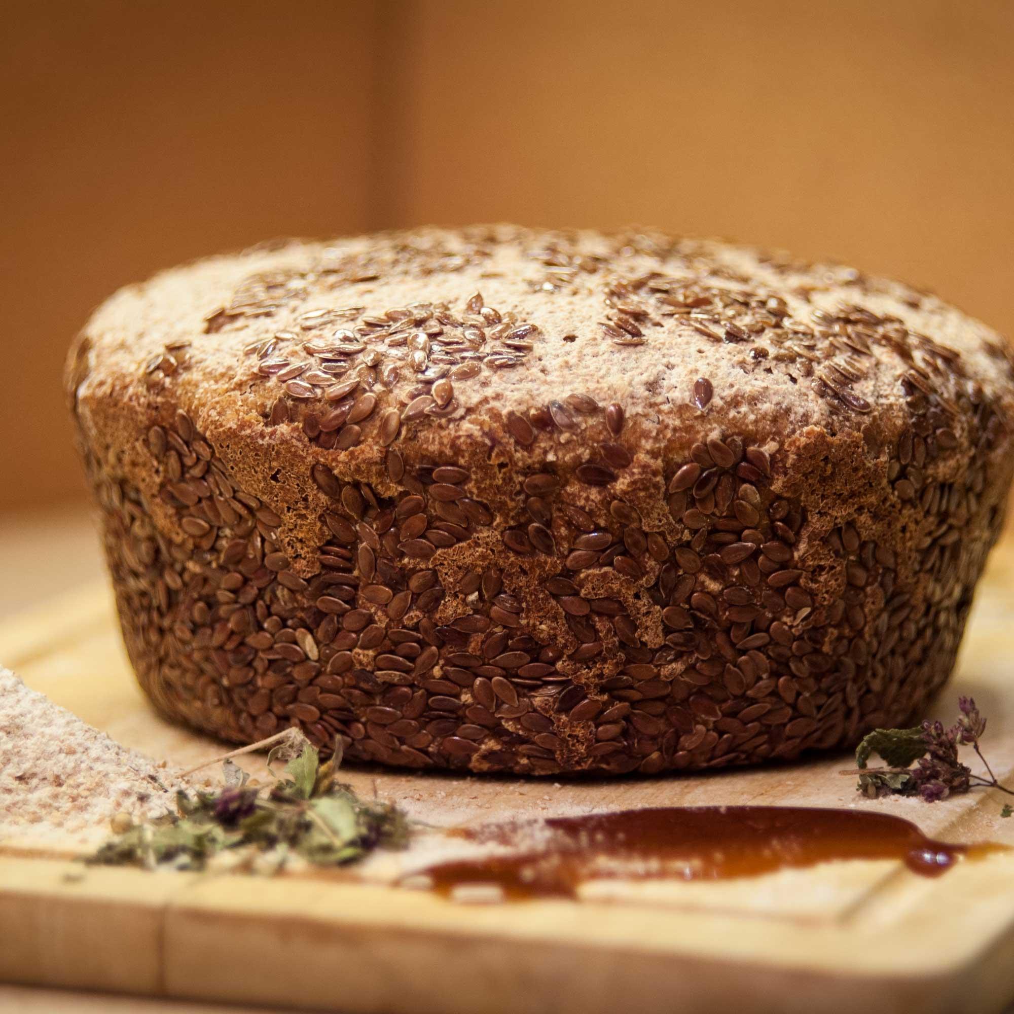 Травяной хлеб на меду в семенах льна