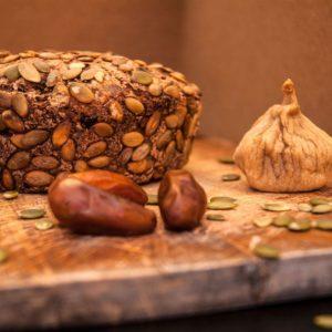 Пшеничный хлеб с инжиром и финиками